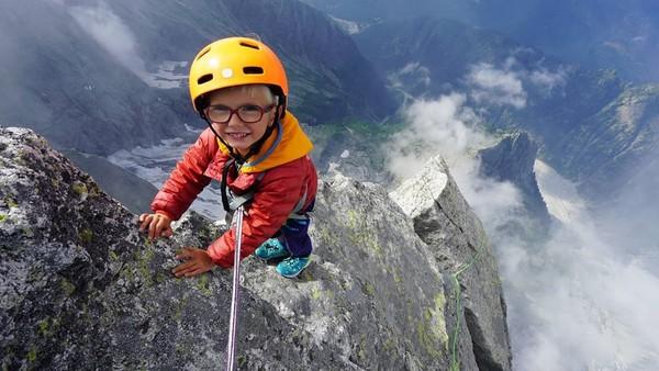 Jackson Houlding yang masih berusia tiga tahun telah menorehkan prestasi sejak muda. Ia berhasil mencapai puncak Gunung Piz Badile yang terletak di perbatasan Swiss dengan Italia. (Foto: Instagram @leo_houlding)