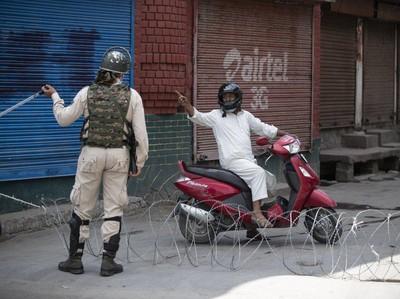 Satu Tahun Pencabutan Status Kashmir, India Terapkan Jam Malam