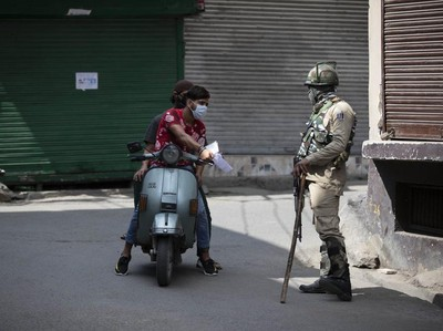 Foto: Tentara India Bersiaga Terapkan Jam Malam di Kashmir