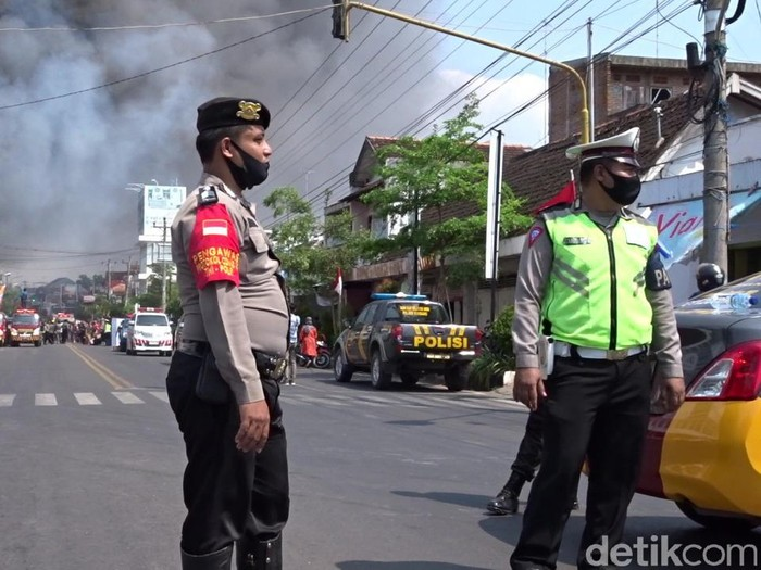 Jalan Kartini Rembang ditutup karena 3 Toko Tunggal Jaya kebakaran, Rabu (5/8/2020).