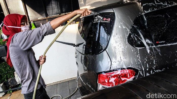 Pasangan suami-istri penyandang tuna rungu di Tangerang menawarkan jasa panggilan cuci mobil. Pasangan ini terus berjuang untuk hidup di tengah pandemi Corona.