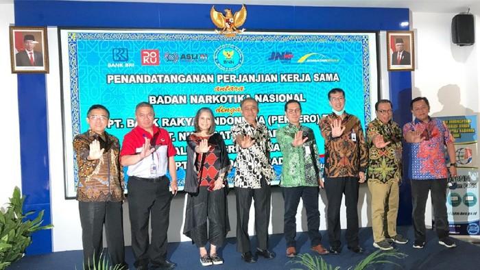 TokoStopNarkoba.com dihadirkan Badan Narkotika Nasional (BNN) untuk membantu pemasaran produk-produk hasil 93 ribu dari masyarakat binaan sebagai pelaku UMKM di 654 lokasi di Indonesia.