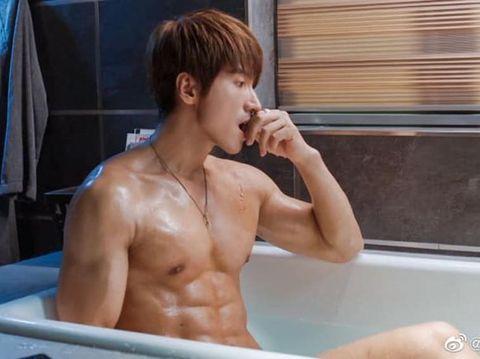 Adegan Jerry Yan mandi di bath tub dalam serial drama terbaru.