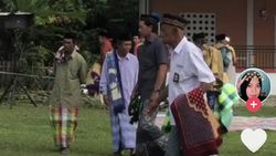Ada Cerita Sedih dari Foto Viral Kakek-kakek Salat Idul Adha Berseragam SMA