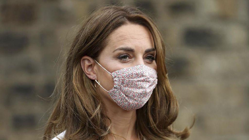 Sempat Dikritik, Kate Middleton Akhirnya Pakai Masker saat Kunjungan