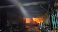 Sudah 7 Jam, Kebakaran 3 Toko di Rembang Belum Padam
