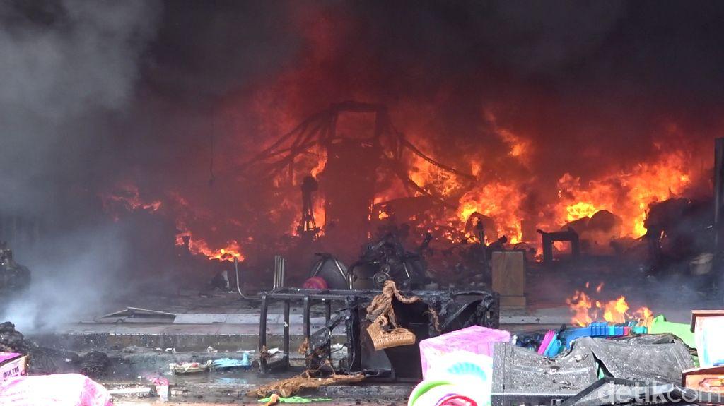 Sudah 2 Jam, Kebakaran 3 Toko di Rembang Belum Padam
