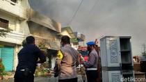Setelah 5 Jam, Api yang Membakar 3 Toko di Rembang Mulai Jinak