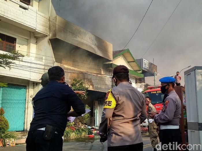 Kebakaran tiga toko di Rembang, jam 17.11 WIB, Rabu (5/8/2020).