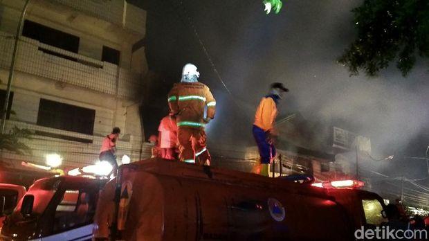 Kebakaran yang melanda tiga toko di Rembang, Rabu (5/8/2020).