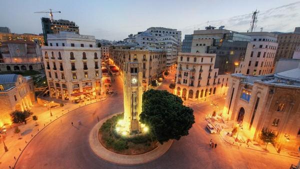 Salah satu ikon lain Beirut adalah Menara Jam di Alun-alun Nejmeh di kawasan Downtown Beirut. Saat malam tiba, kawasan ini memang akan jadi lebih bercahaya. (Getty Images/iStockphoto/ramzihachicho)