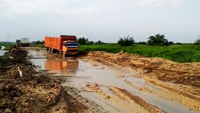 Kondisi Jalan Rusak di Desa Sontang, Riau