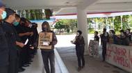 Mahasiswa Unair Geruduk Gedung Rektorat Tuntut UKT Turun 50 Persen