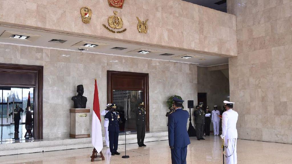 Panglima TNI Sematkan Tanda Kehormatan kepada KSAL dan KSAU