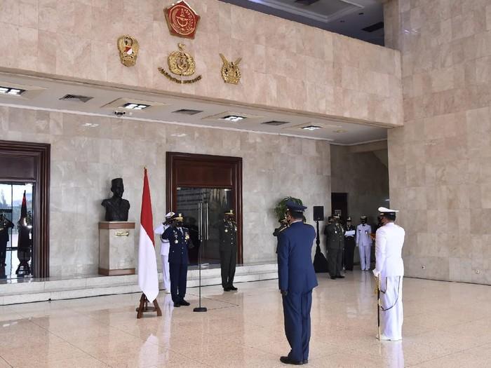 Panglima TNI Marsekal TNI Hadi Tjahjanto memimpin upacara penyematan Tanda Kehormatan Bintang Angkatan Kelas Utama kepada KSAL dan KSAU (Dok. Puspen TNI)