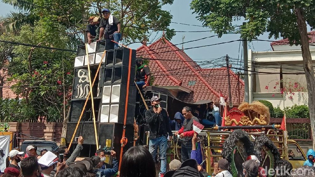 Tidak Ditemui Risma, Massa Pekerja Seni Surabaya Kecewa