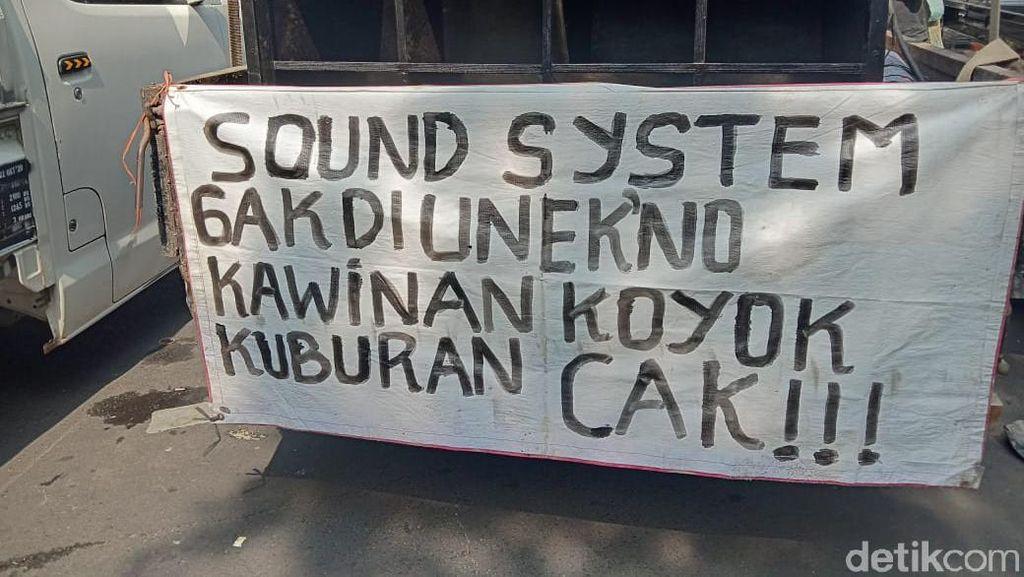 Kata-kata Nylekit Pekerja Seni Surabaya untuk Risma Saat Demo Izin Hajatan