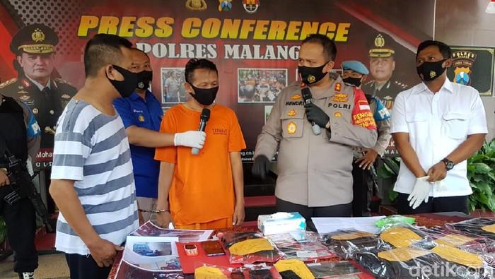 Polres Malang menangkap dua pelaku kejahatan yang mengaku sebagai anggota Intelkam Polda Jawa Timur. Mereka memeras korban Rp 50 juta.