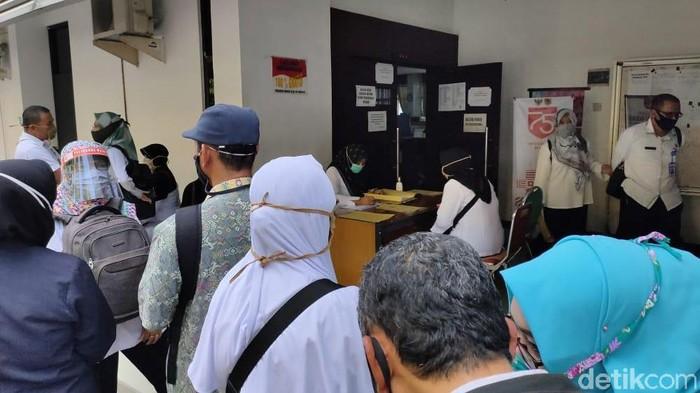 Ratusan PNS Jember mendatangi Kantor Badan Kepegawaian dan Sumber Daya Manusia (BKPSDM) di Jalan Sudarman. Kedatangan mereka yang mayoritas guru SD untuk mengadukan SK kenaikan pangkat yang dinilai banyak kesalahan.