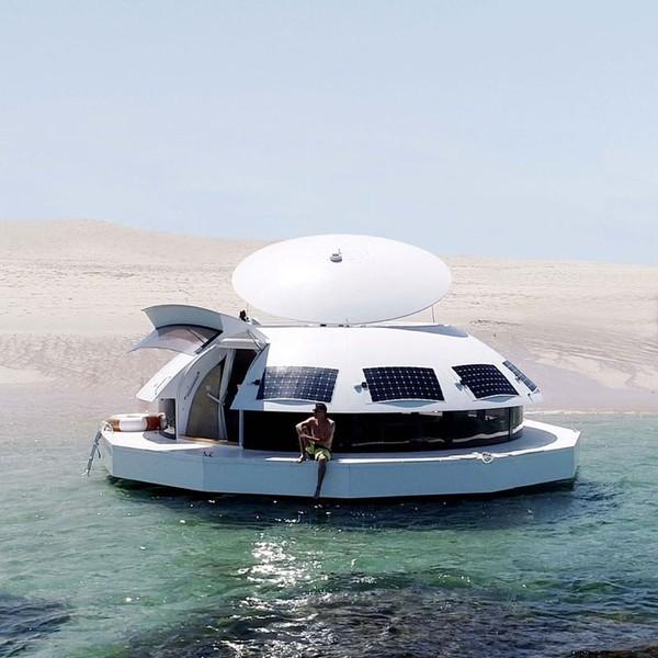 Anthénea adalah gagasan arsitek laut Jean-Michel Ducancelle. Terinspirasi oleh film James Bond 1977 The Spy Who Loved Me, Ducancelle menggabungkan desain modern dan lingkungan alami, menghasilkan sedikit akomodasi berbentuk gundukan bundar.