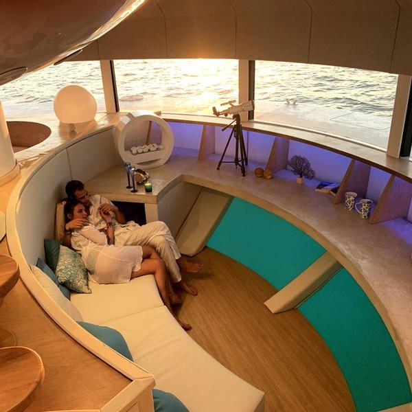 Eksteriornya melingkar 360 derajat dengan kaca yang terpasang agar orang dapat menyaksikan pemandangan spektakuler ke segala arah.