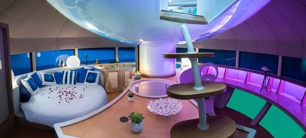 Sedangnya untuk bangian dalam, pod ini mencakup dapur lengkap, kamar tidur berukuran XL, kamar mandi dengan bak bundar yang melimpah, dan area lounge dengan sofa melengkung dan perabotan lainnya.