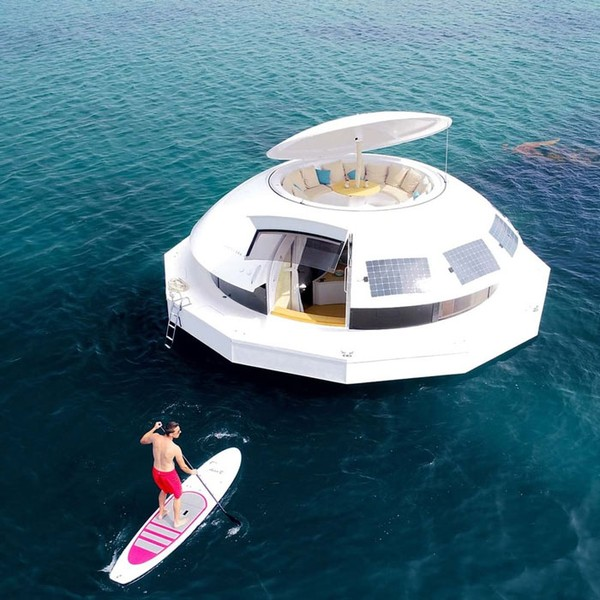 Anthénea, pod melingkar mewah yang mengapung di atas air ini menawarkan pengalaman yang menarik.