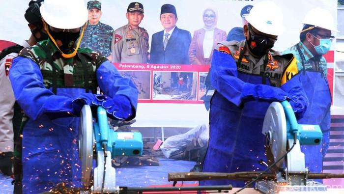 Ratusan senjata tajam dimusnahkan Polda Sumatera Selatan. Sejumlah senjata tajam itu dipakai oleh para pelaku kejahatan saat beraksi untuk melukai korban.
