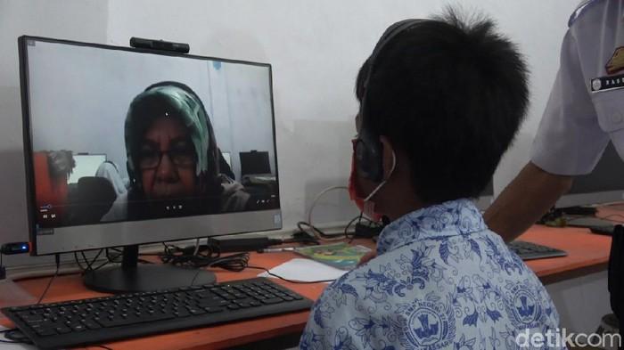 Rusli (12), seorang siswa SMP di Makassar memilih pergi ke sekolah saat -temannya yang lain belajar lewat sistem daring (Taufiq-detikcom).