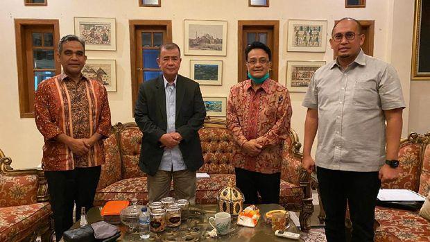 Sekjen Gerindra Ahmad Muzani berdialog dengan Ketua Gerindra Sumbar Andre Rosiade dan Nasrul Abit-Indra Catri, Selasa (4/8) malam.