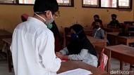 Siswa Sekolah Tatap Muka Sembunyi-sembunyi di Brebes Dilarang Berseragam