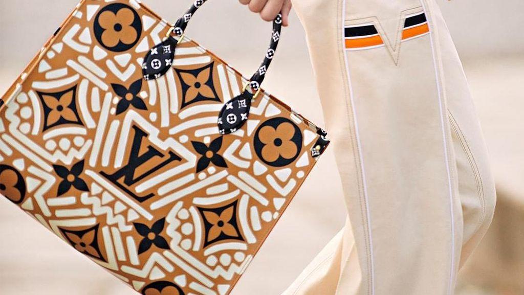 Nuansa Batik di Koleksi Terbaru Dior dan LV, Terinspirasi Budaya Indonesia?