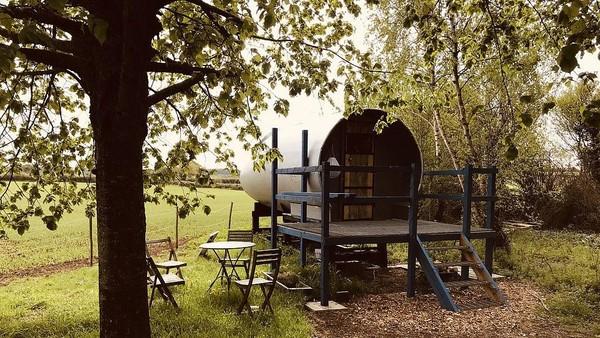 Pemiliknya bernama Dan Hurring. Di bagian pintu masuknya diberi kursi-kursi dan meja agar traveler bisa bersantai dan menikmati matahari terbenam. (dok. airbnb)