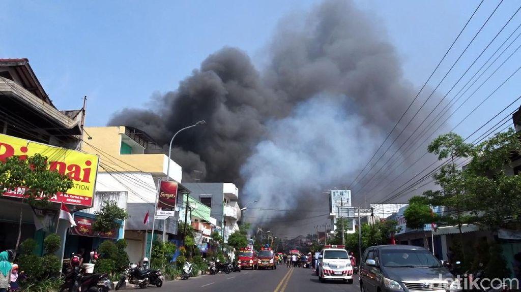 Video Kebakaran Hebat Landa 3 Toko di Rembang
