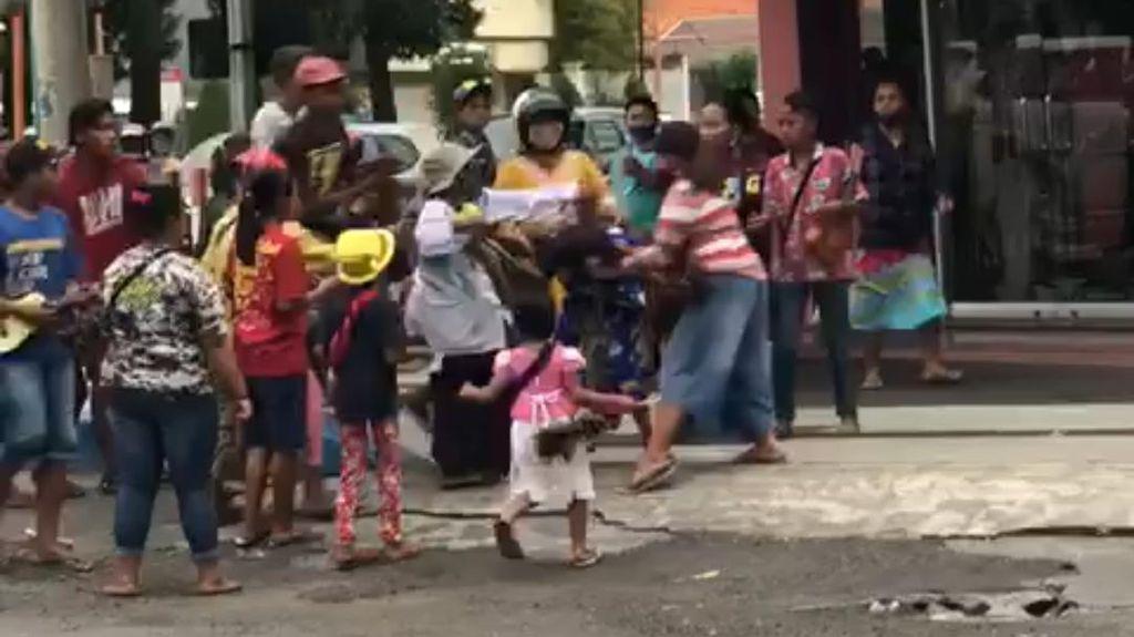 Viral Emak-emak Pengamen Berkelahi di Kota Mojokerto