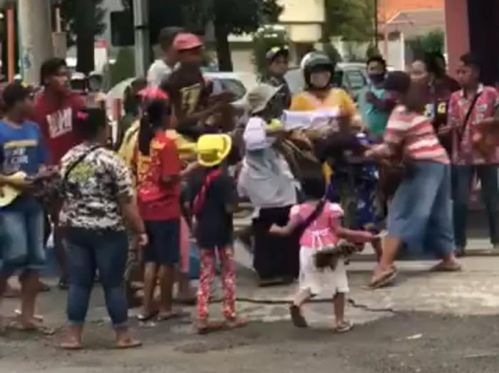 Video perkelahian emak-emak pengamen di simpang 4 Sekarsari, Kota Mojokerto viral di media sosial. Usai pertengkaran tersebut, 13 pengamen digaruk Satpol PP.