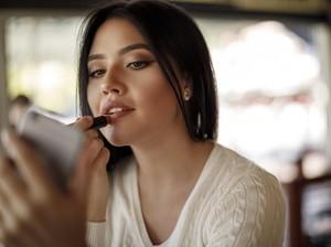 5 Lipstik Warna Intens yang Menutup Garis Bibir dan Menyamarkan Bibir Gelap