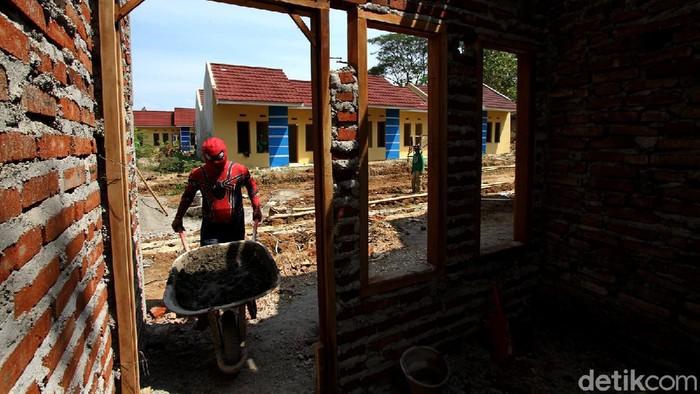 Petugas pakai kostum Spiderman saat bangun rumah bersubsidi di Solo. Diketahui, Kementerian PUPR alokasikan anggaran Rp 11 triliun untuk bangun rumah bersubsidi