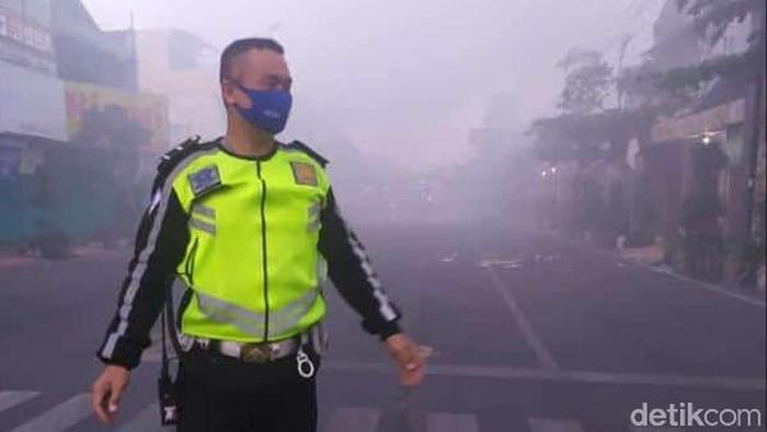 Asap tebal di sekitar lokasi kebakaran toko di Rembang, 6/8/2020 pagi
