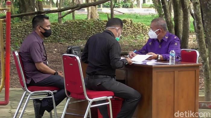 Bupati Polewali Mandar, Andi Ibrahim Masdar, memutuskan memindahkan aktivitas kantornya di alam terbuka. (Abdy Febriady/detikcom)