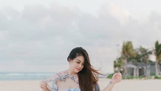 Pose Pakai Swimsuit, Celine Evangelista Bikin Iri