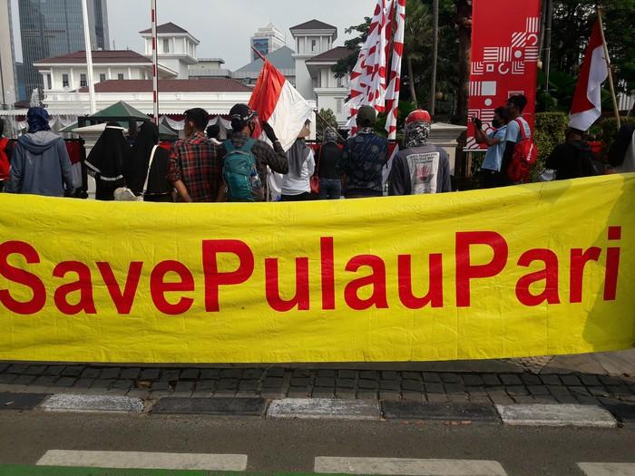 Demo warga Pulau Pari di depan Balai Kota DKI Jakarta