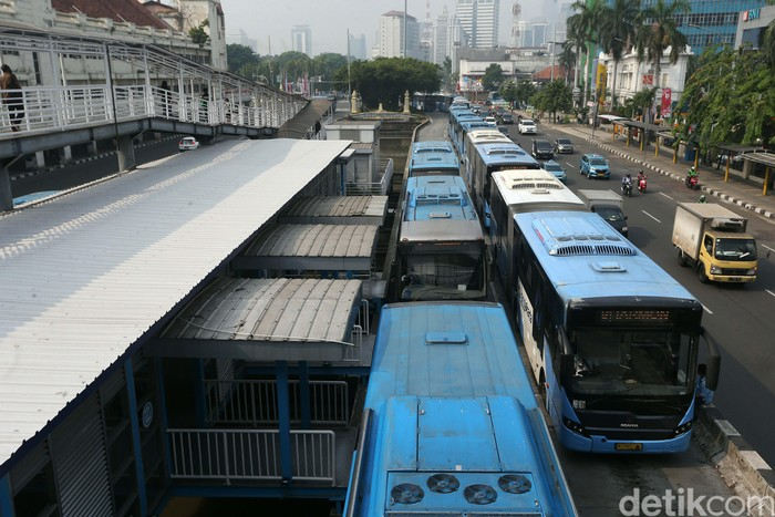 PT Transjakarta menambah sebanyak 155 armadanya.  Keputusan ini untuk mendukung kebijakan pemberlakuan kembali sistem ganjil genap di beberapa ruas jalan ibu kota.