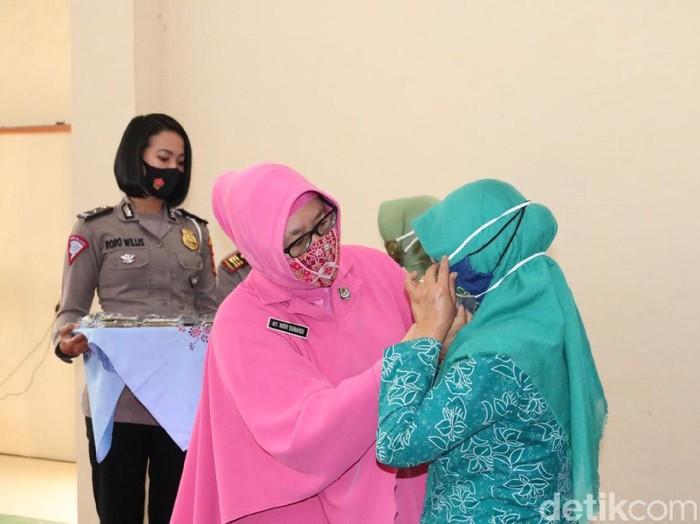 Upaya memutus mata rantai COVID-19 terus digencarkan. Tak terkecuali di Kabupaten Pacitan. Polri bersama TNI dan gugus tugas mengajak emak-emak kampanye gunakan masker.