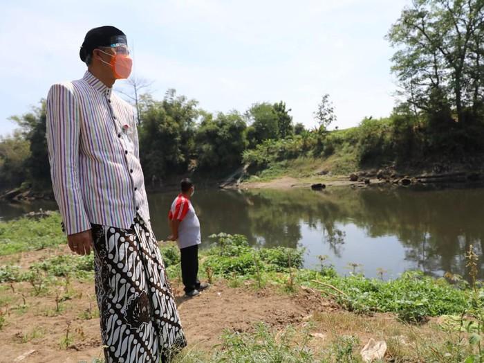 Gubernur Jateng Ganjar Pranowo sidak Bengawan Solo, Karanganyar, Kamis (6/8/2020).