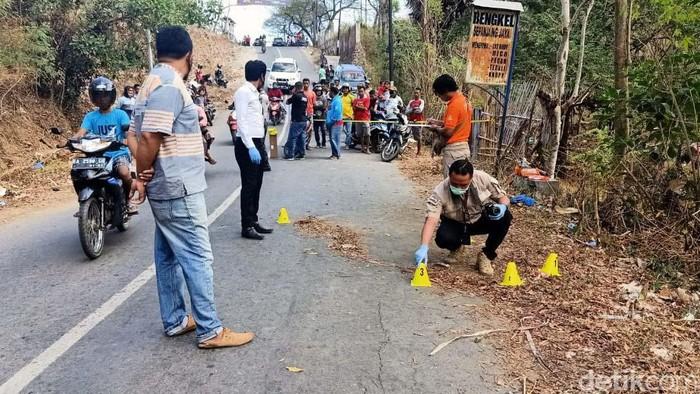 Polisi melakukan rekonstruksi pembunuhan IM (25), mahasiswi di Bima, Nusa Tenggara Barat (NTB). IM dibunuh AS (31) karena menolak lamaran kekasihnya tersebut.