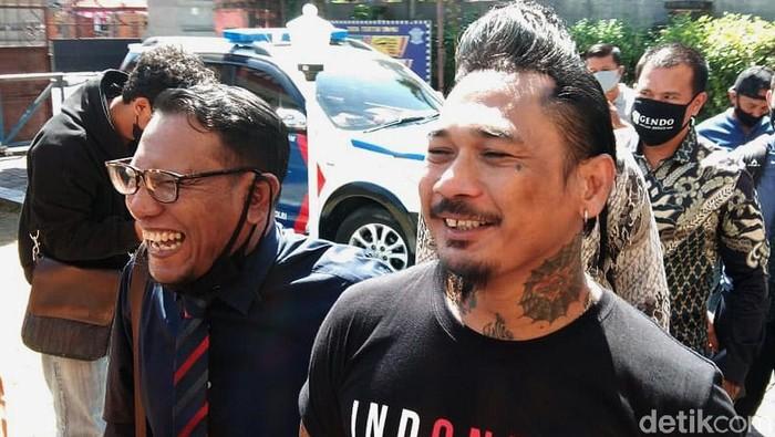 Musisi Jerinx SID memenuhi panggilan Polda Bali hari ini. Dia akan dimintai keterangan soal dugaan pencemaran nama baik yang dilaporkan Ikatan Dokter Indonesia (IDI).