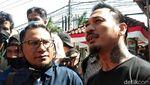 Senyum Jerinx yang Tak Bermasker Saat Akan Diperiksa Polda Bali