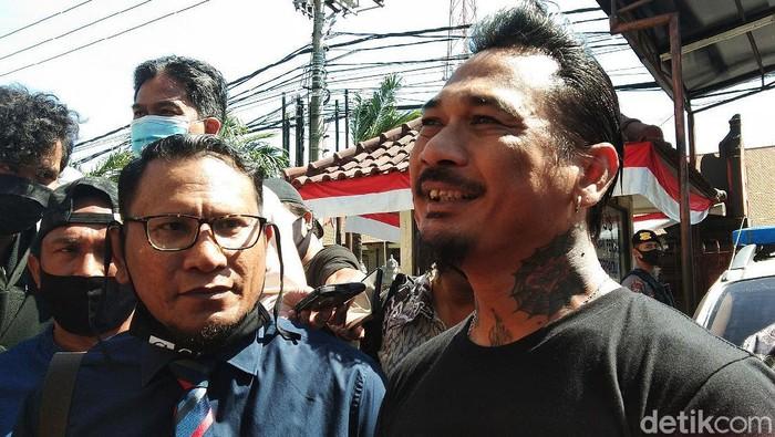 Musisi Jerinx 'SID' memenuhi panggilan Polda Bali hari ini. Dia akan dimintai keterangan soal dugaan pencemaran nama baik yang dilaporkan Ikatan Dokter Indonesia (IDI).
