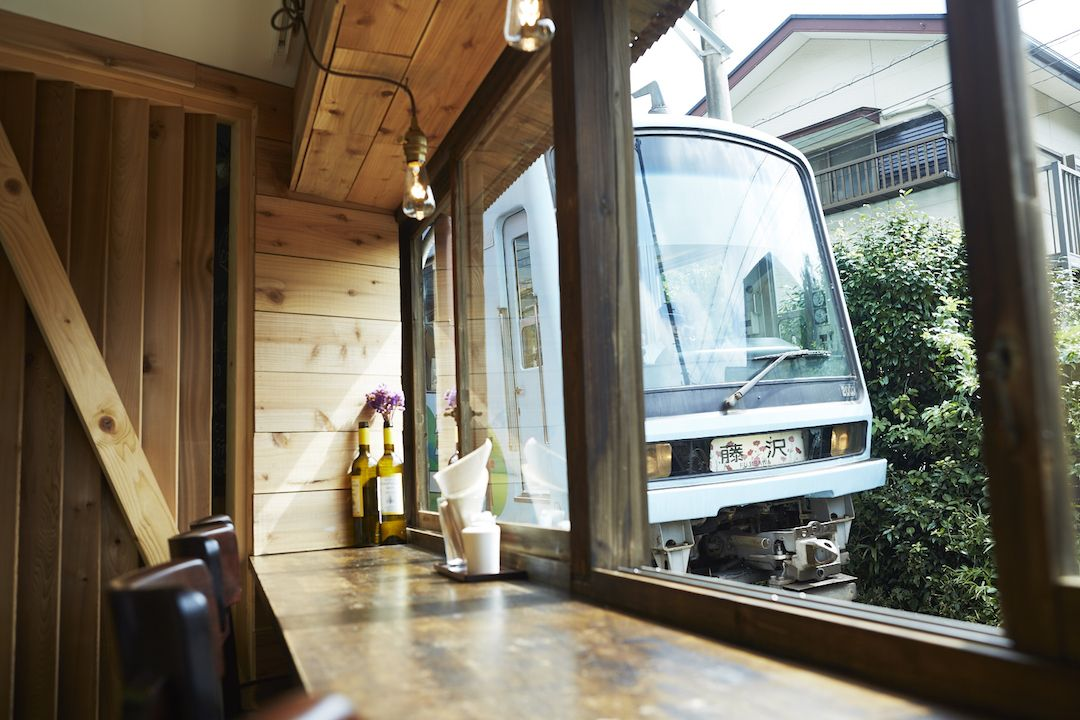 Kafe di Pinggir Rel Kereta